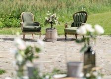 Винтажные деревянные стулья и таблица с украшением цветка в саде напольно Стоковые Изображения RF