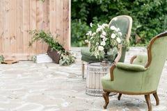 Винтажные деревянные стулья и таблица с украшением цветка в саде напольно Стоковая Фотография