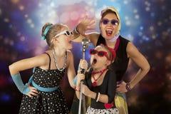 Винтажные девушки представляя с микрофоном Стоковое Изображение RF