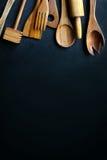 Винтажные деревянные варя утвари обрамляя черную предпосылку шифера Стоковое Изображение RF