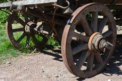 Винтажные деревянные колеса телеги Стоковые Изображения