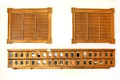 Винтажные деревянные почтовые ящики и доска для квартир перечисляют Стоковая Фотография RF