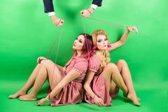 винтажные женщины марионетка и человек моды праздники и куклы засилье и зависимость творческая идея Любовный треугольник шально стоковые изображения rf