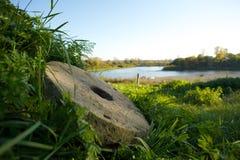 Винтажные жернова на озере Teletskoye Стоковое Изображение RF