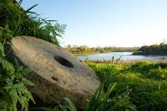 Винтажные жернова на озере Teletskoye Стоковое фото RF