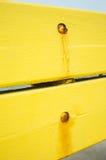 Винтажные желтые деревянные панели с ржавыми ногтями Стоковое фото RF