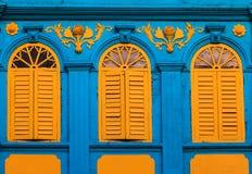 Винтажные желтые окна стоковая фотография rf