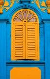 Винтажные желтые окна стоковые изображения