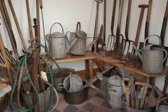 Винтажные инструменты в уборной во дворе кирпича Стоковая Фотография RF