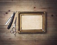 Винтажные инструменты парикмахера и белый плакат с рамкой Стоковое Изображение