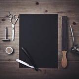 Винтажные инструменты парикмахера и черная страница Стоковые Фото