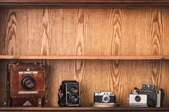Винтажные камеры на деревянной предпосылке с космосом экземпляра Стоковые Фотографии RF
