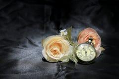 Винтажные карманные часы с розовым цветком на черной предпосылке ткани Влюбленность концепции времени Стиль натюрморта Стоковое фото RF