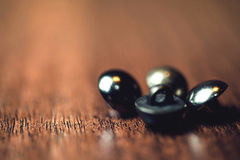Винтажные кнопки металла на деревянной предпосылке пола Стоковые Изображения