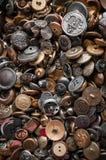 Винтажные кнопки металла сложенные в коробке Стоковые Изображения
