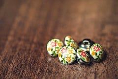 Винтажные кнопки металла с цветками на ем Стоковое фото RF