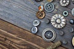 Винтажные кнопки на постаретых деревянных досках Стоковая Фотография