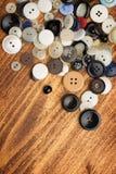 Винтажные кнопки на старом деревянном столе Стоковая Фотография