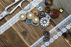Винтажные кнопки, шнурок, и dressmaker scissors Стоковые Фотографии RF