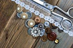 Винтажные кнопки, шнурок, и dressmaker scissors Стоковые Изображения RF
