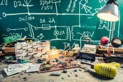 Винтажные компоненты электроники в лаборатории школы стоковые фотографии rf