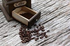 Винтажные кофейные зерна и точильщики на старых деревянных досках стоковые изображения rf