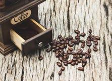 Винтажные кофейные зерна и точильщики на старых деревянных досках стоковые фотографии rf