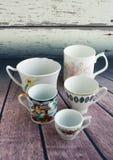 Винтажные кофейные чашки на деревянной предпосылке 5 малых чашек Стоковое Фото