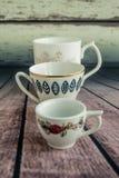 Винтажные кофейные чашки на деревянной предпосылке 3 малых чашки Стоковое Изображение RF