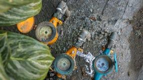Винтажные красочные счетчики воды на пакостной конкретной каменной текстуре i стоковые изображения rf