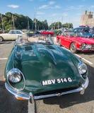 Винтажные классические автомобили принимать след бегут в северном Уэльсе Стоковые Изображения RF