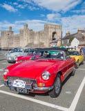 Винтажные классические автомобили принимать след бегут в северном Уэльсе Стоковое Изображение RF