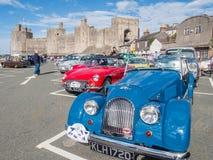 Винтажные классические автомобили принимать след бегут в северном Уэльсе Стоковое Фото