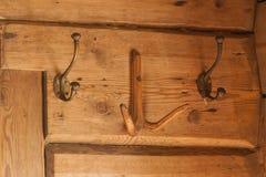 Винтажные медные вешалки на деревянной стене Стоковая Фотография RF