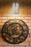 Винтажные настенные часы на комнате кирпича Стоковые Изображения