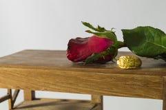 Винтажные обои предпосылки дня валентинки красной розы и кольца белые Стоковое Изображение