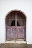 Винтажные окна на классическом здании, Windows с белой стеной Стоковые Фото