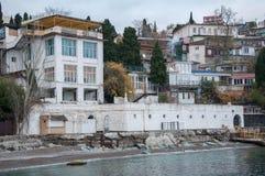 Винтажные дома на холме морем Стоковые Изображения RF
