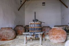 Винтажные опарникы прессы и pythari виноградины используемые в делать вино Стоковые Изображения