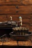 Винтажные олов и инструменты выпечки стоковое изображение rf