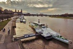 Винтажные пароходы на пристани Старое Дрезден река elbe Саксония Германия стоковые фотографии rf