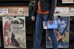 Винтажные плакаты на стойке книги стоковое изображение