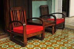 Винтажные плитки стула и мозаики на одном из магазинов, общежития, кафа и бара наследия в Penang Малайзии Стоковая Фотография