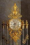 Винтажные позолоченные часы пола с римскими цифрами на шкале стоковое фото rf