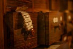 Винтажные портняжничая ящики и никогда используемые кнопки стоковое фото rf