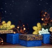 Винтажные подарочные коробки и игрушки рождества на темной предпосылке Стоковые Фотографии RF