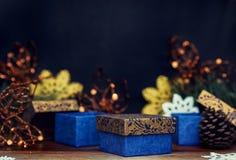 Винтажные подарочные коробки и игрушки рождества на темной предпосылке Стоковые Фото