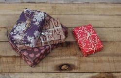 Винтажные подарочные коробки на старом деревянном столе Стоковое Изображение RF