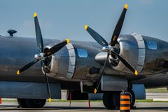 Винтажные пропеллеры военный самолёт не поворачивая стоковое фото rf
