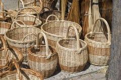 винтажные плетеные корзины handmade в традиционном средневековом магазине, Стоковые Изображения RF